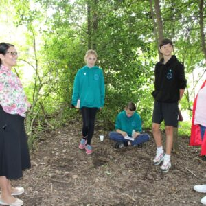 Pupils at Feering C of E Primary School chat to Priti about their reading in the woods theme for Get Witham Reading 2021